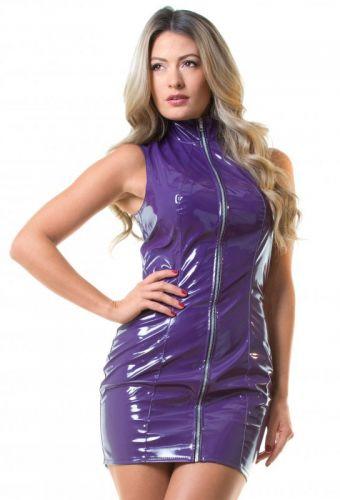 fille en robe vinyle violet